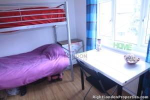 Cama en habitación doble (chico) en Ronald Avenue - 102